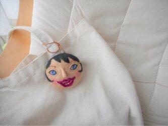 黒髪の女の子 顔 携帯用ナイロン袋ケースの画像