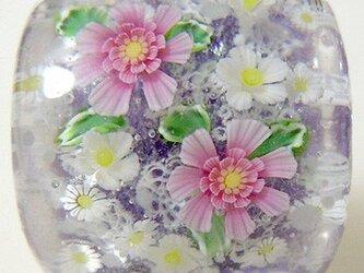 とんぼ玉帯留め レース模様にピンクと白のお花の画像