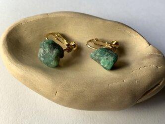 エメラルド原石のイヤリングの画像