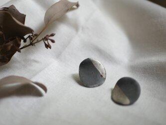 世界にひとつ 銀が光る炭化のピアスの画像