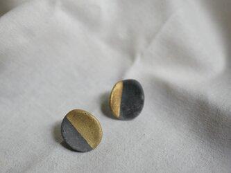 世界にひとつ 金と炭化のピアスの画像