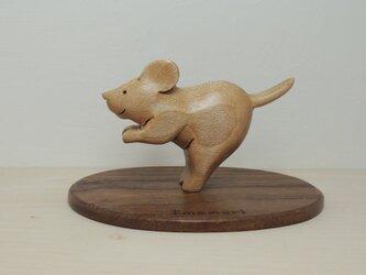 風に立つ子ネズミの置物の画像