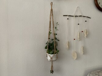手芸用麻ひもと緑のウッドビーズで作ったマクラメ編みプラントハンガーの画像