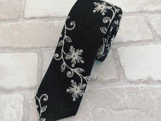 SALE/20%off!上質なフラワー刺繍生地使用【リネン100%ネクタイ】...ブラック系(刺繍はオフホワイト)の画像