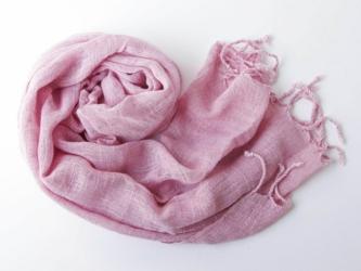 ピンク色の草木染めストールの画像