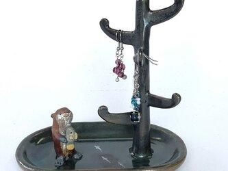陶のアクセサリースタンド「カワウソの川辺」の画像