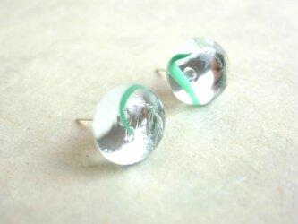 ピアス 水滴の様なぷっくりガラスカボション 緑色の画像