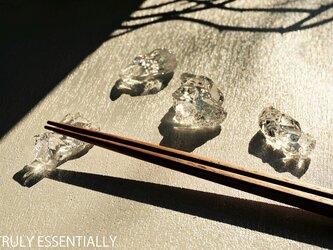 4個セット ● 無色透明ガラスの箸置き#2 -「 KAKERAのヒカリ 」の画像