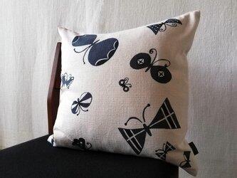 型染めクッションカバー「蝶のさんぽ」の画像
