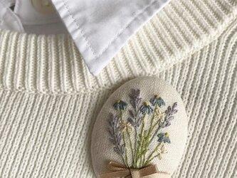 ラベンダーとブルーのお花の刺繍ブローチの画像