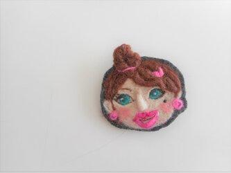 女の子の顔ブローチの画像