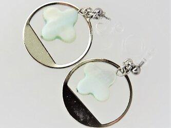 【ノンホールピアス】クロスカット白蝶貝ブルーとサークルデザイン枠・銀の画像