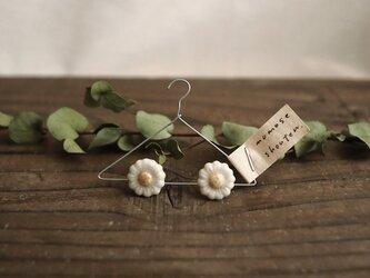 白い小花の耳飾り(ピアス)の画像