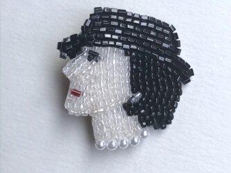C.C ビーズ刺繍ブローチの画像