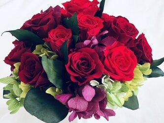 プリザーブドフラワー/赤い薔薇の気品と情熱に想いを込めて/ 陶器花器アレンジ/フラワーケース付きの画像