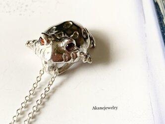 ベルツノガエル ガーネットのネックレスの画像