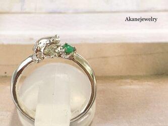 5月のカエル エメラルドと小さなカエルの指輪の画像