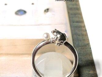 6月のカエル パールと小さなカエルの指輪の画像