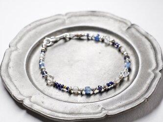 ハーキマーダイヤモンドとカイヤナイト、アイオライト、アンティークビーズと華やかなカレンシルバーのブレスの画像