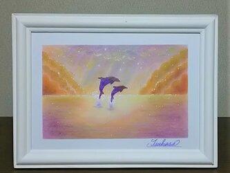 海とイルカのパステルアート 朝靄に輝くイルカの親子の画像