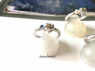 9月のカエル サファイアと小さなカエルの指輪の画像