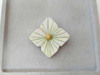 あじさい1(アナベル) 陶土ブローチの画像