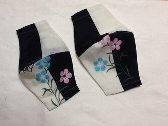 ピンクとブルーの花模様 マスクの画像