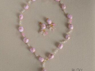 春色ピンクの手作りビーズで作ったネックレスとピアスのセットの画像