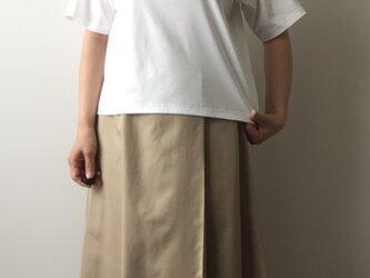 ラグランスリーブのTシャツ 白の画像