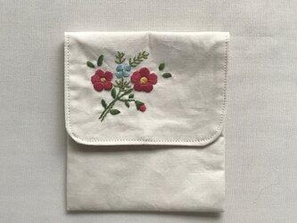 花の刺繍のミニポーチの画像