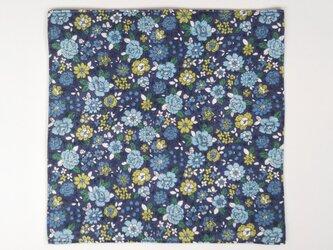 □  花柄のガーゼハンカチ  約25cm角  ネイビーの画像