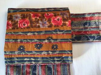 赤い花・青い花・水色の花咲く名古屋帯の画像