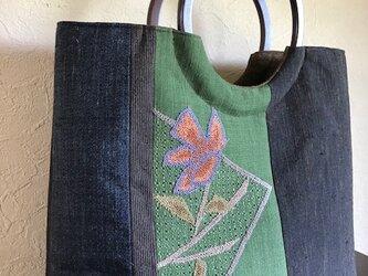 フレンチナッツ刺繍と無地紬の剥ぎの手提げ 丸い木の手の画像