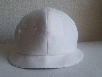 白い刺繍の白い帽子2の画像