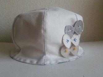 ワンピースの白の帽子の画像
