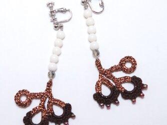 編みシリーズ 白珊瑚と花びらのピアスorイヤリングの画像