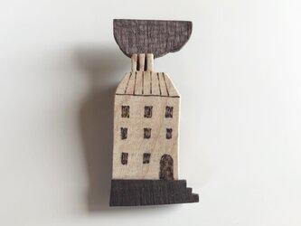 受注制作 木のブローチ 煙突シリーズ マンションの画像