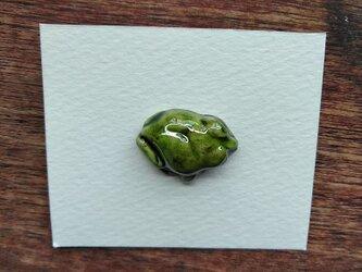 動物石 ブローチ アマガエル(黄緑色)の画像