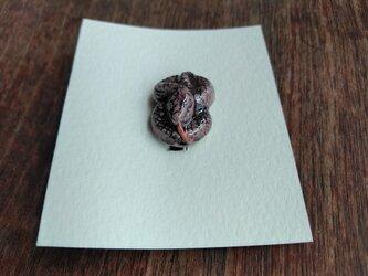 動物石 ブローチ ヘビ(桃色)の画像