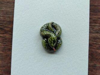 動物石 ブローチ ヘビ(黄緑色)の画像