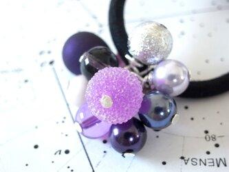 ヘアゴム 紫の砂糖菓子のようなアクリルビーズの画像