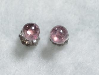 (1点もの)トルマリンのスタッドピアス(ピンク・4.5mm・チタンポスト)の画像