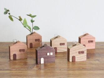 身近な草花を飾りたい。かわいい木のお家 一輪挿し【ユーカリ】の画像