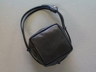 艶ブラックレザーキューブポシェット◎内装キーホルダー付き:ポケット機能充実しています。の画像
