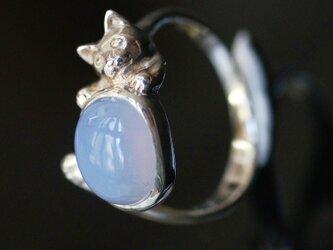ホワイトカルセドニーいろどり猫リングオーバルの画像