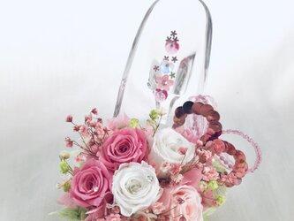 【プリザーブドフラワーガラスの靴アレンジ】ピンクと白のミニ薔薇の画像