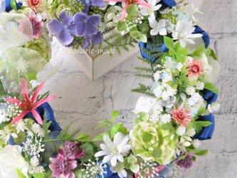 ピンクネリネとローズ・白い小花のリース:ピンク 青 グリーンの画像