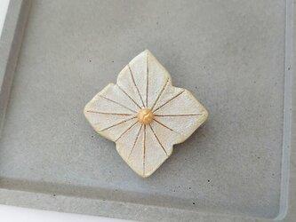 あじさい4(アナベル) 陶土ブローチの画像