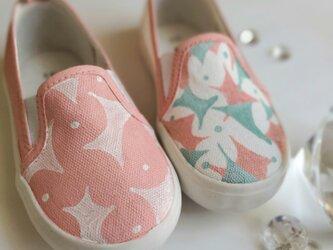 キラキラ紙ふぶきの降るベビーピンクのキッズスニーカー「baby pink shower」の画像
