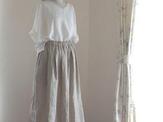 リネンのタックギャザースカート sand beigeの画像